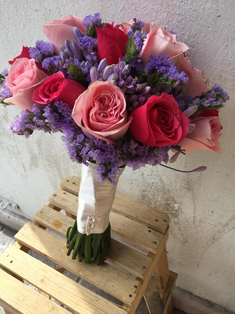 Ramo de rosas, agapando y statice.jpeg