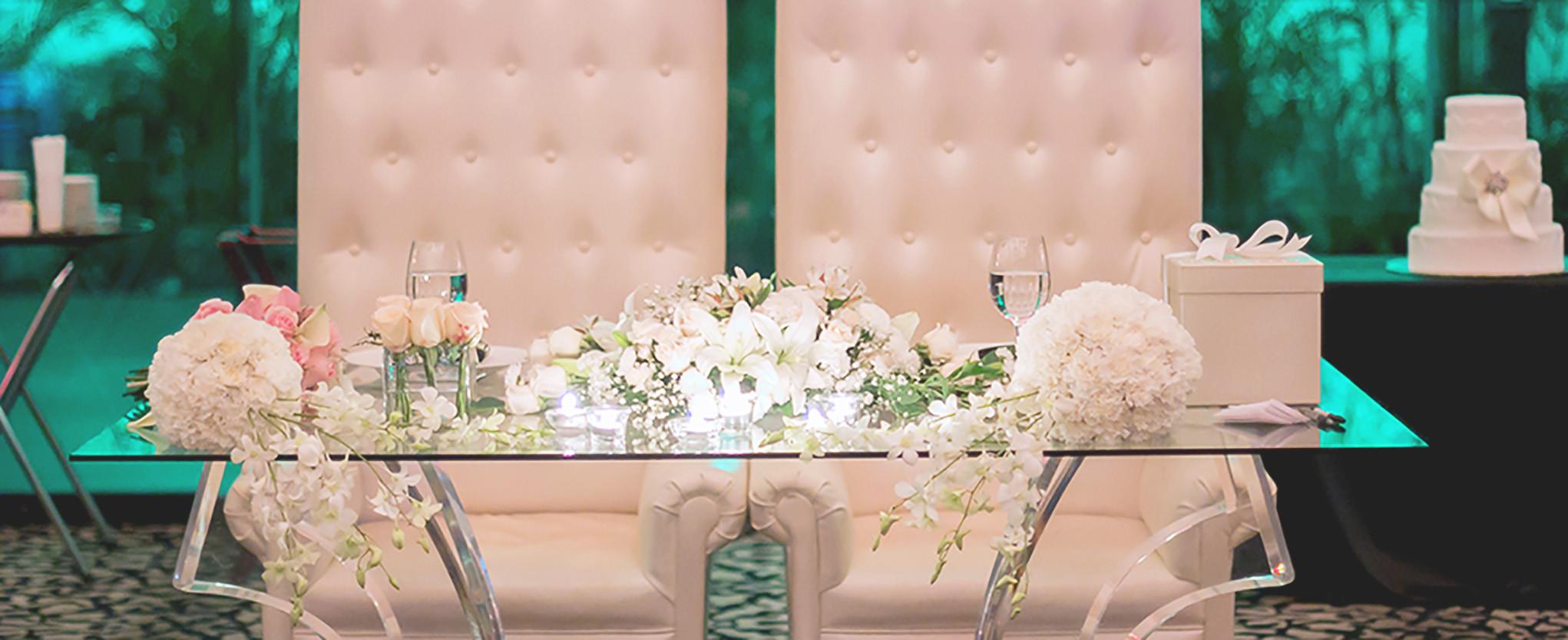 Mesa principal con cascadas de orquideas
