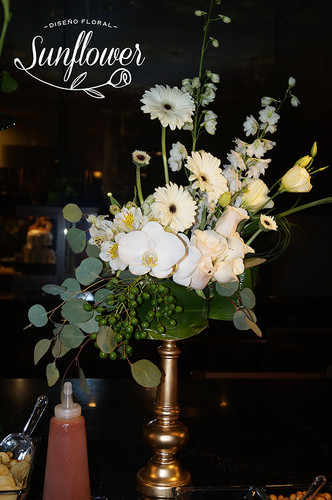 Centro de mesa con rosas blancas, gerber