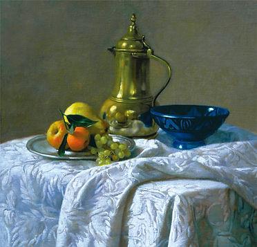 """""""Tapis dammassé"""" tableau de Pierre dominique Lafitte .Carafe en cuivre, bol bleu et fruits dans un plat"""