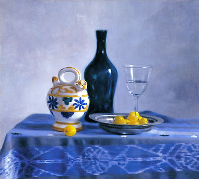 """""""Prunes"""" nature morte à la bouteille bleue, prunes dans un plat d'argent et verre en cristal"""