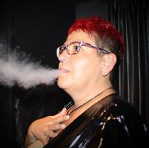 Domina-smoking-menschlicher Aschenb