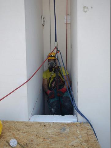 Výškové stavební práce v extrémně nepřístupných místech obytných budov.