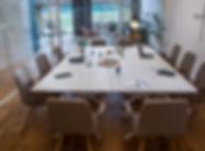 velká zasedací místnost, jednací stůl.jp