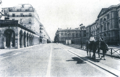 La gendarmerie équestre patrouille rue Rivoli durant le plan national de confinement face à l'épidémie de Covid-19. Paris, France, 5 avril 2020.