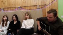 В кафе с гитарой
