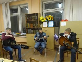 Три гитары под окном