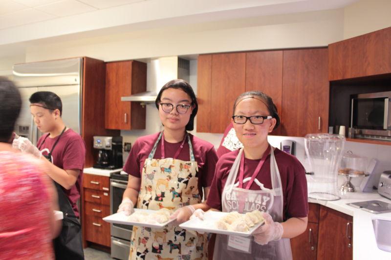 志愿者展示饺子