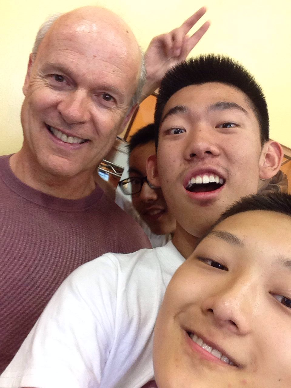 Peter陪志愿者一起Selfie