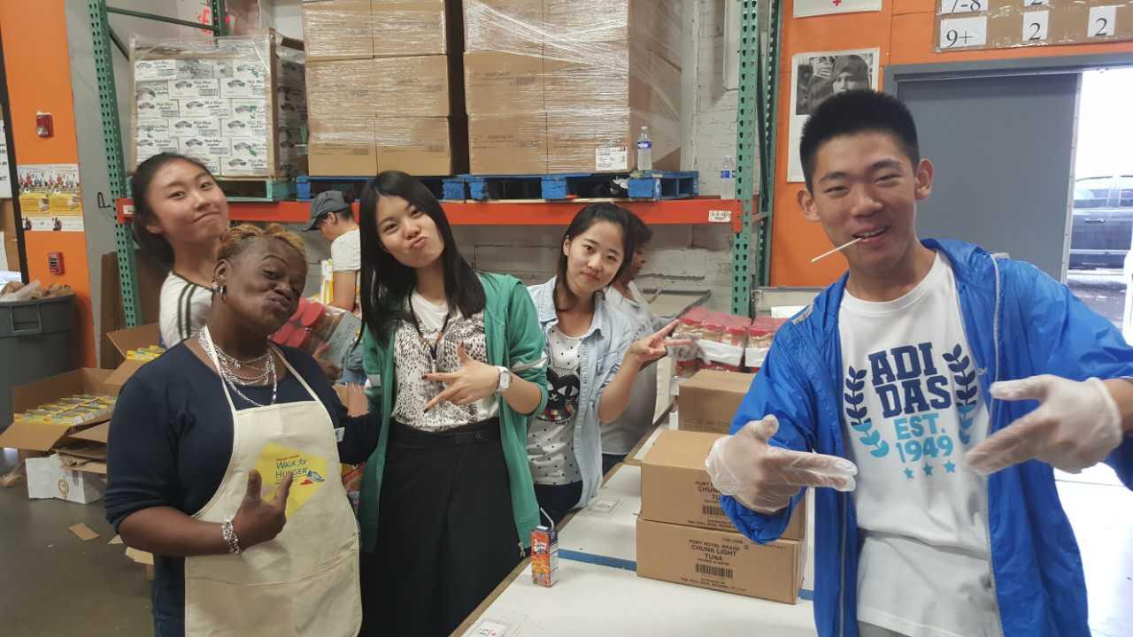 工作虽然辛苦,但是志愿者们都很高兴!