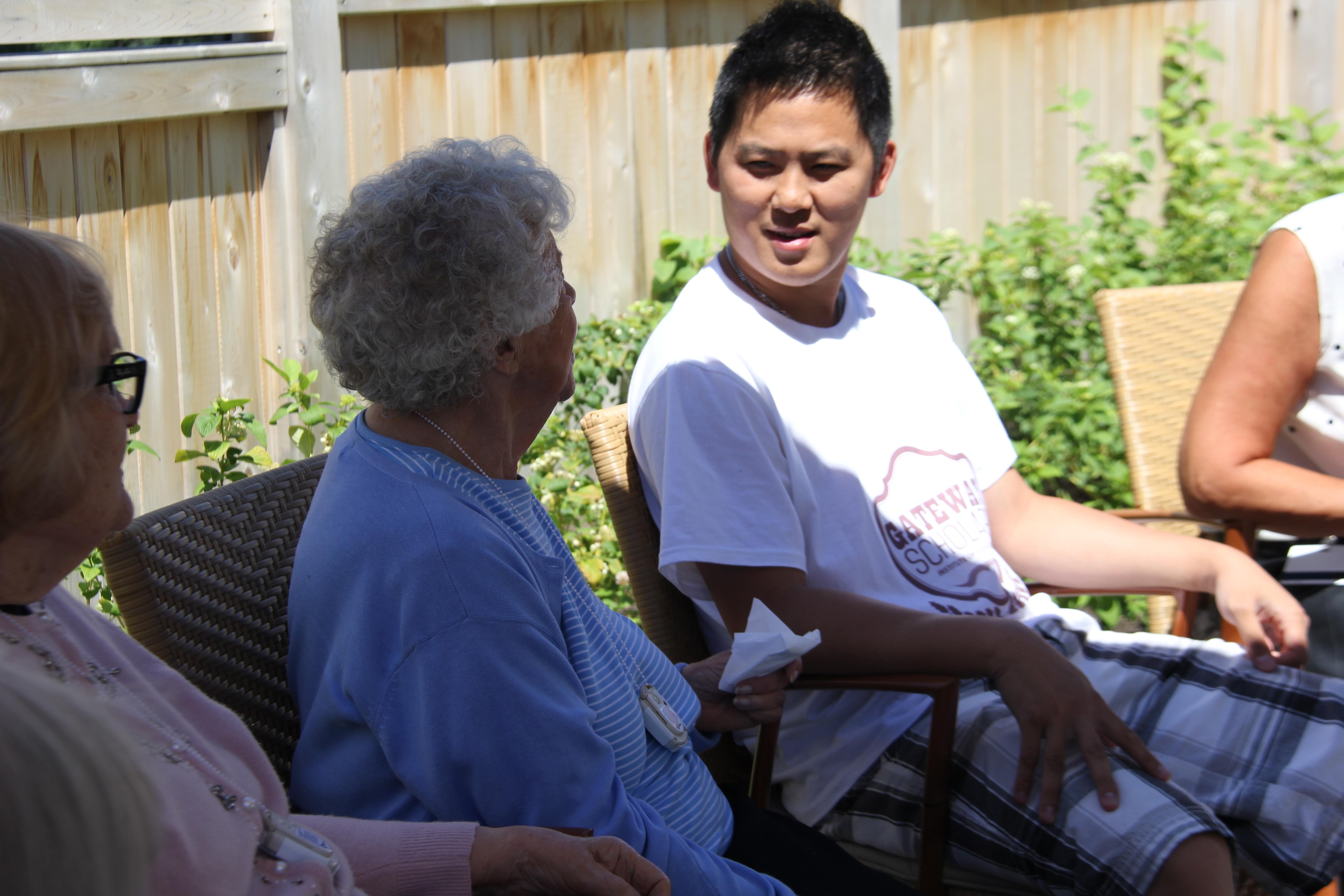 Kenny 与老太太交流中国文化