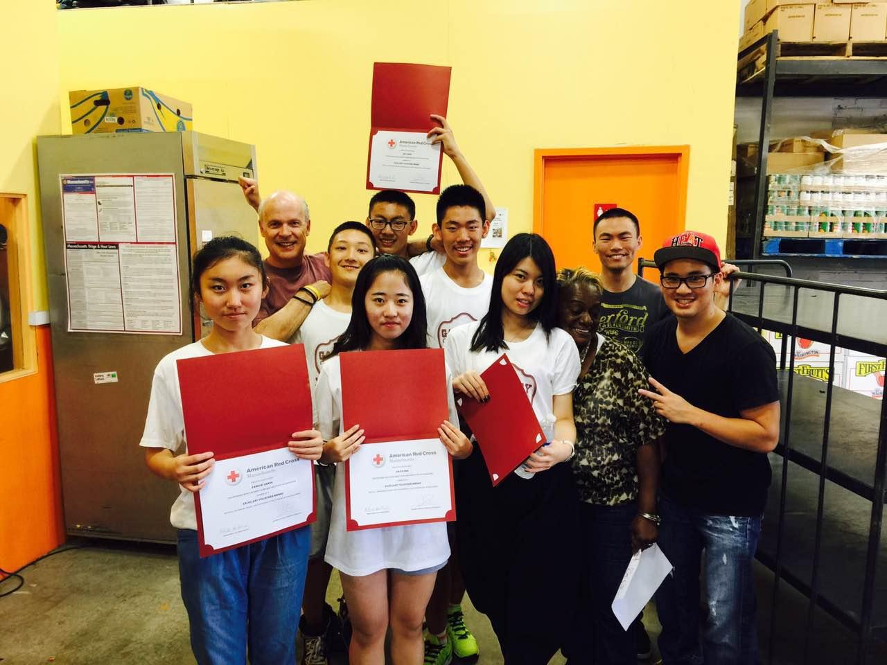 志愿者拿到证书后的喜悦