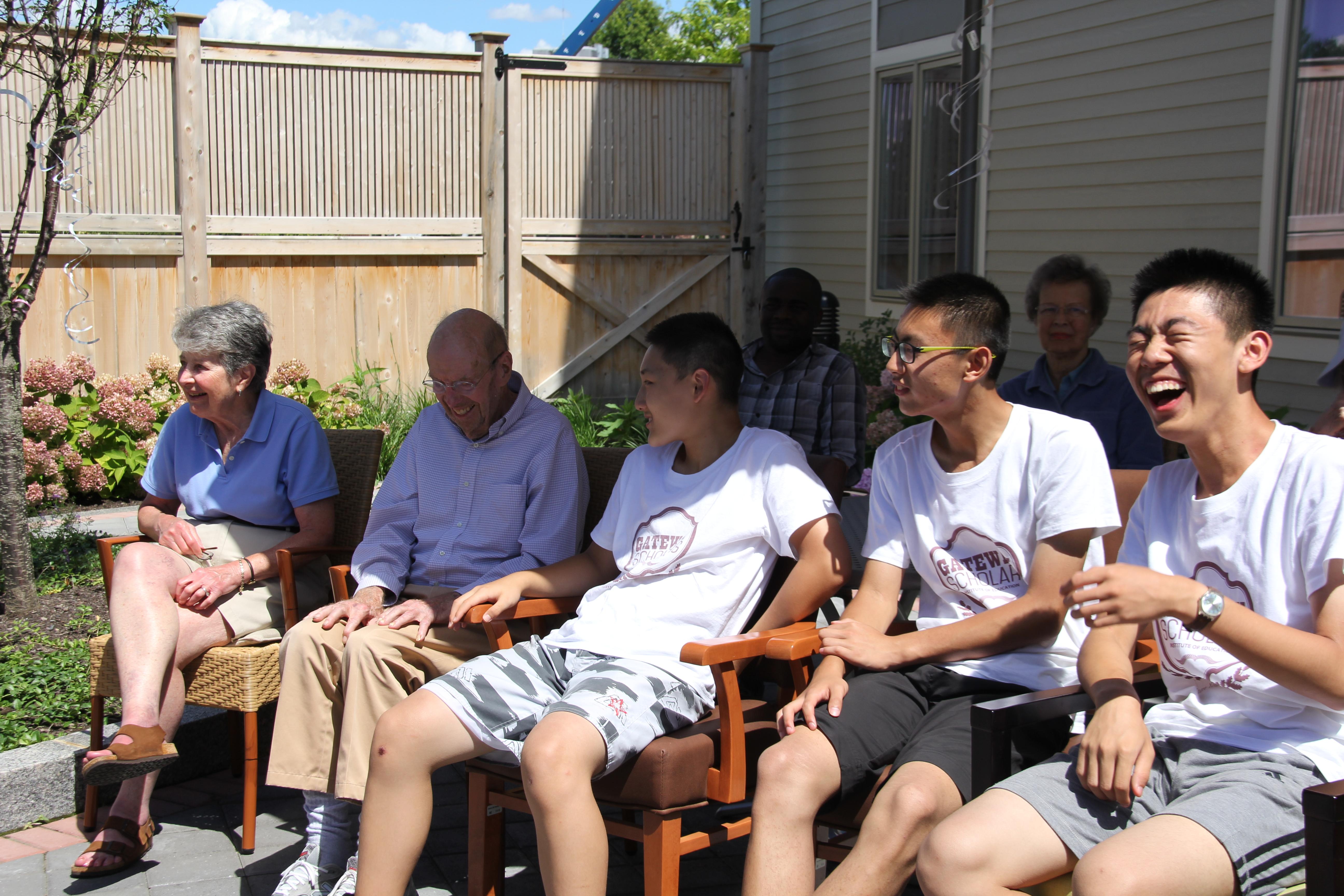 老人家跟志愿者欢乐对话