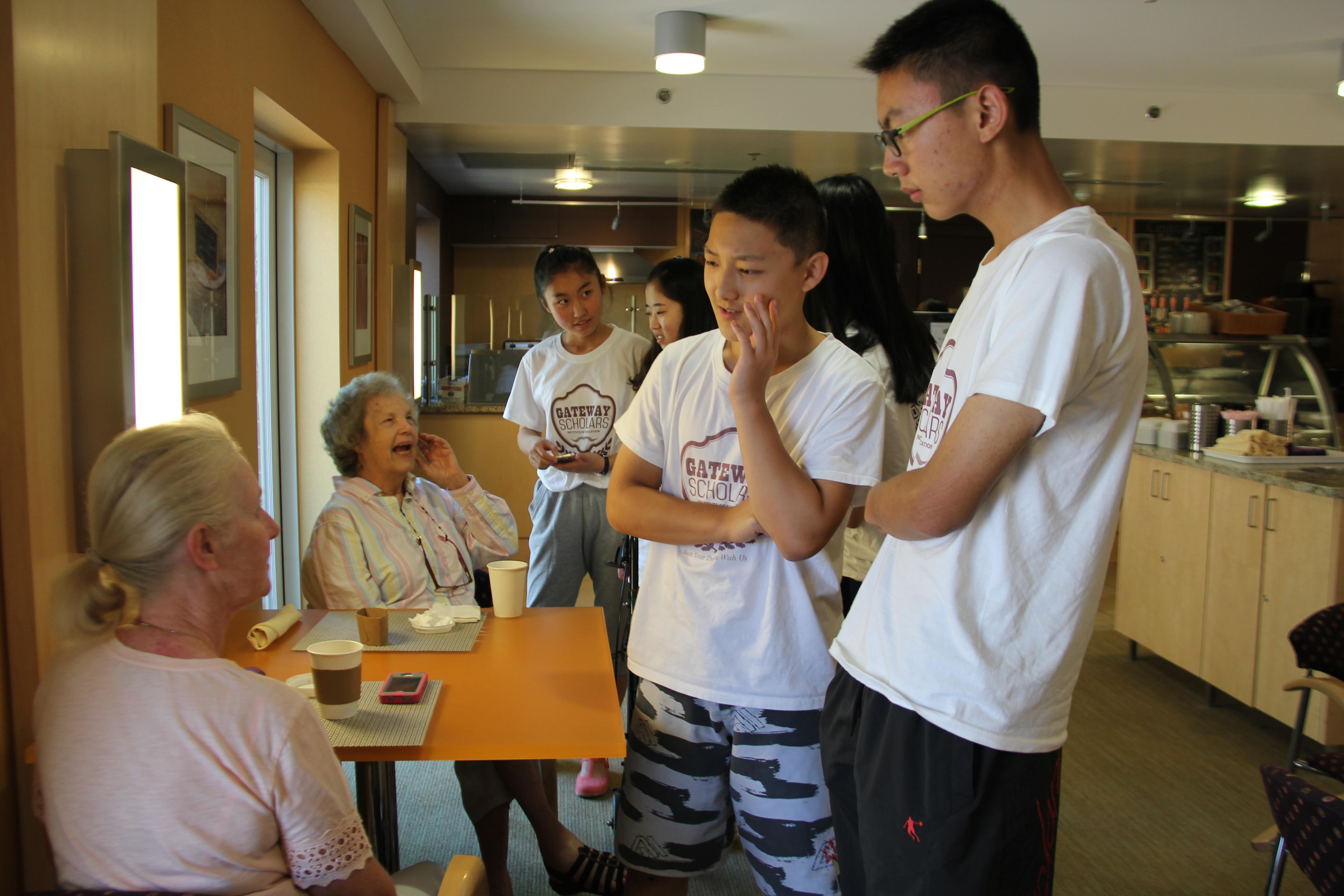 志愿者细心聆听老人家的故事