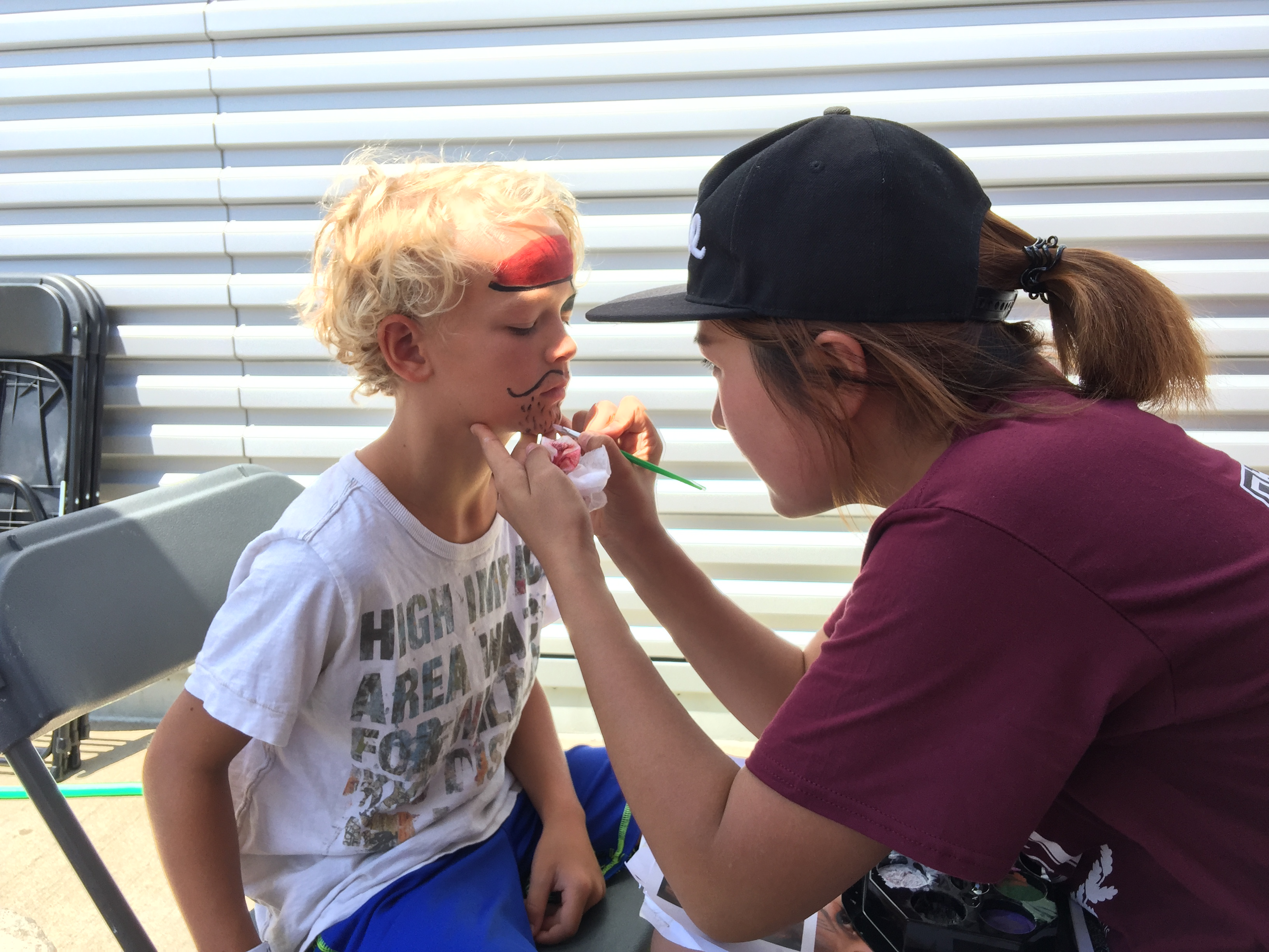 志愿者正在做Face Painting