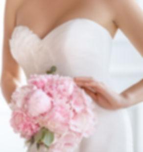 glücklicher Bräutigam küsst seine Braut