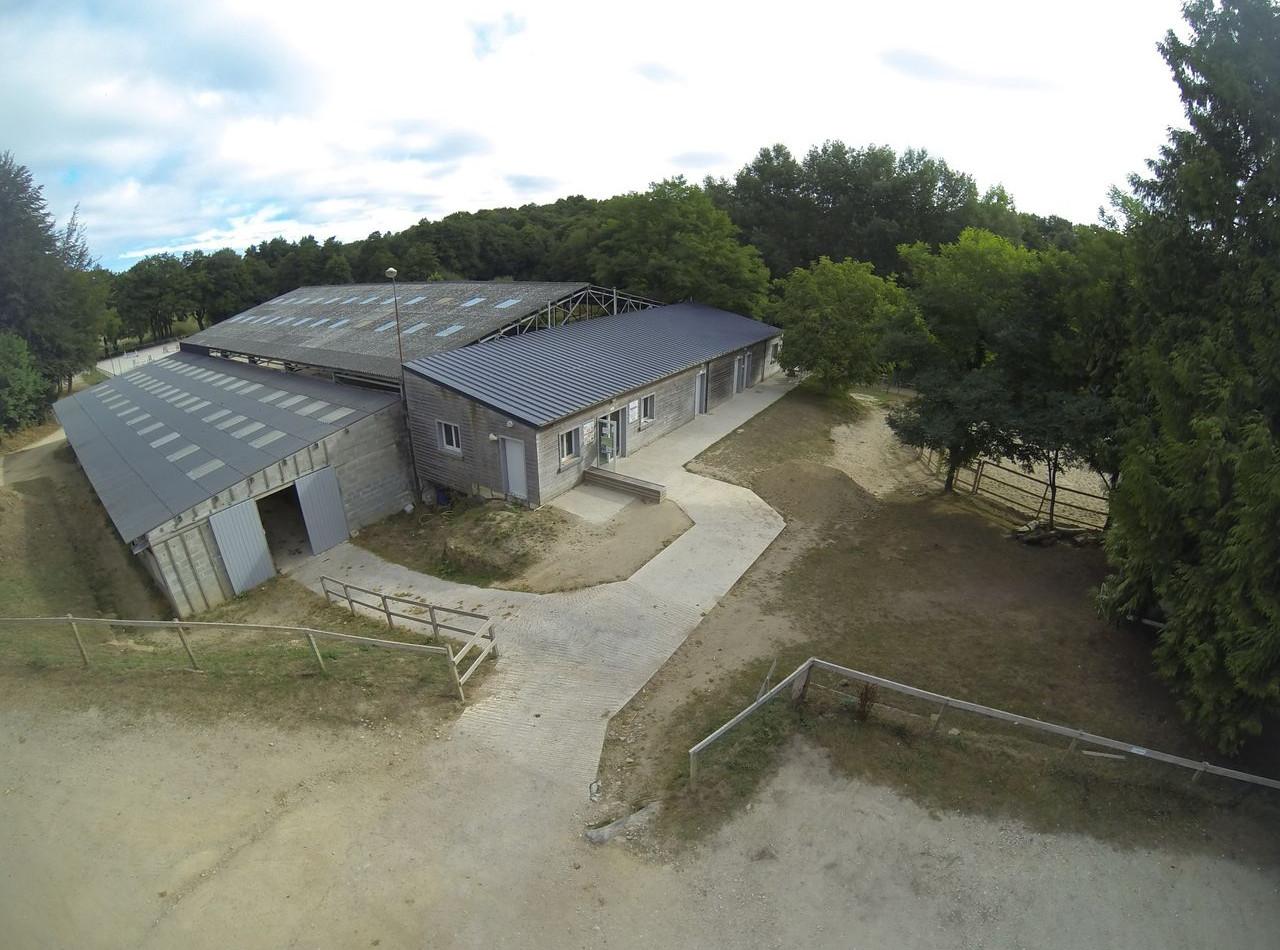 Vue aérienne du Club House et des écuries chevaux du centre équestre de Quéven