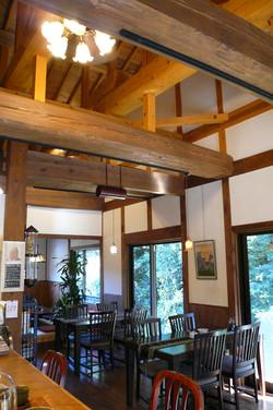 大きな梁の見える木と漆喰の空間。