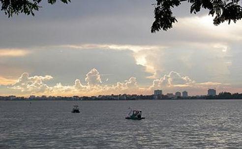 375px-West_Lake_(Hanoi).jpg