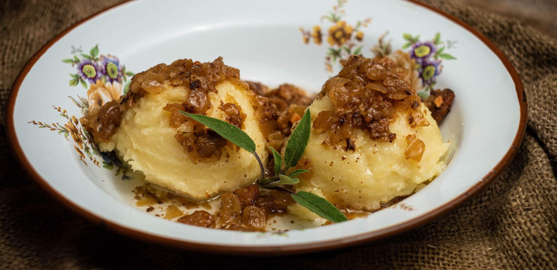 Krumpirovi žganci preliveni preprženim lukom i čvarcima