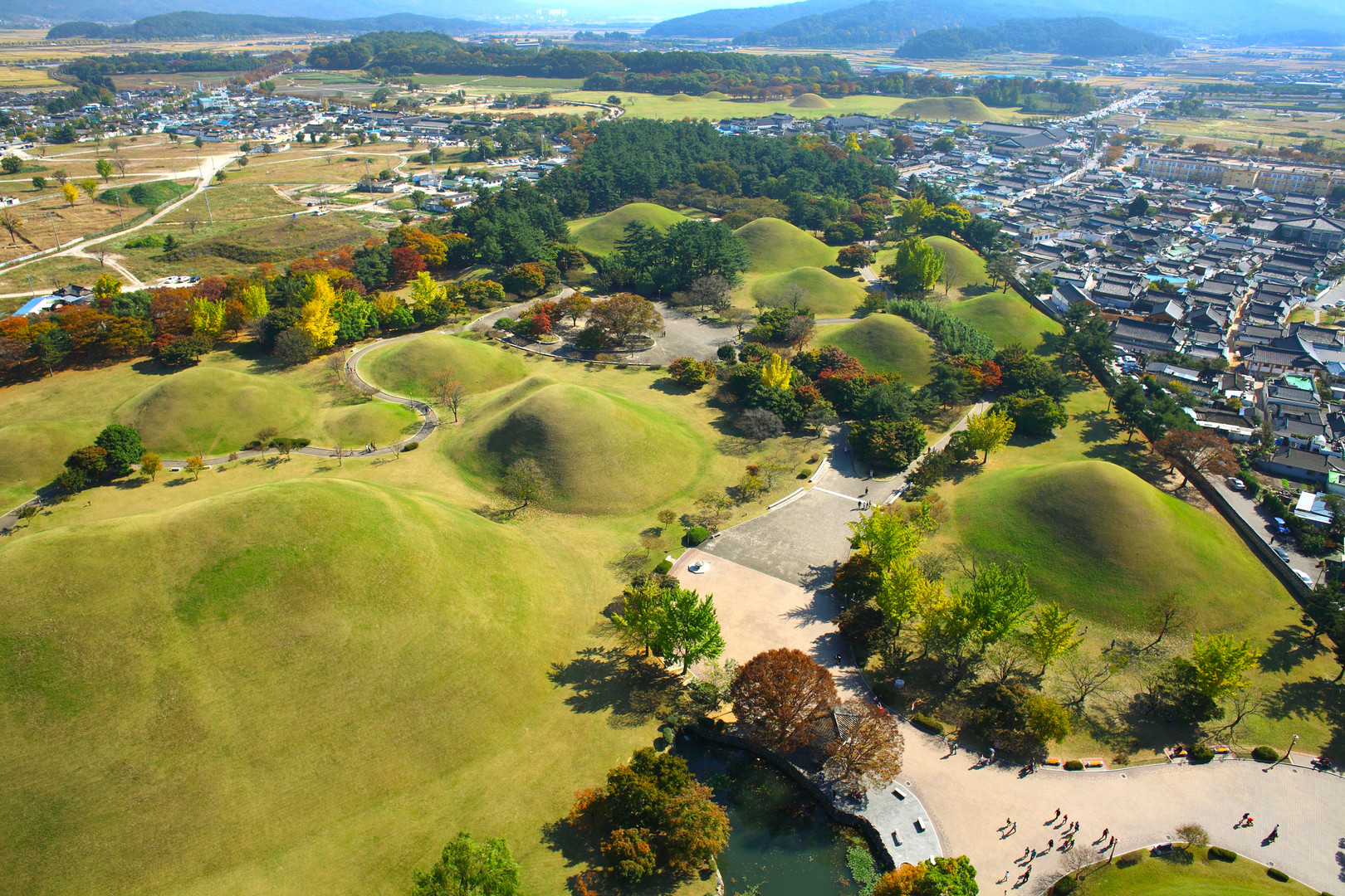 Daereungwon Park(Tomb Cheonmachong).jpg