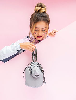 mujer con bolso eleph colgado.jpg