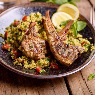 Côtes d'agneau marinées au sumac, salade de quinoa à la libanaise