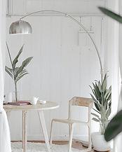 白っぽい部屋 机 椅子 ライト トリミング.jpg