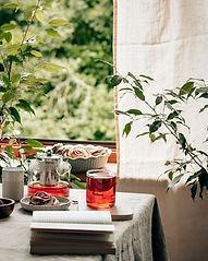 紅茶ポットと観葉植物.jpg