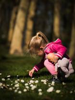 Klein peutertje in het gras