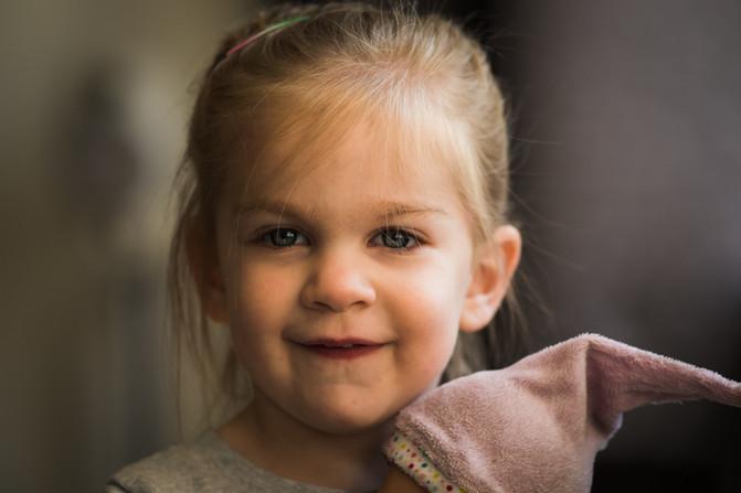 Het kleine meisje met de pop