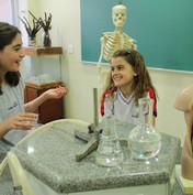 O laboratório traz práticas para as aulas de ciências, biologia, química e física
