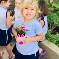 Aluna em aula de jardinagem