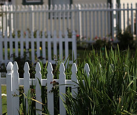 white-picket-fence-2454649_1280.jpg
