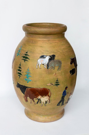 """Aldona Ličkutė """"Dekoratyvinė vaza piemenėlių tematika"""""""