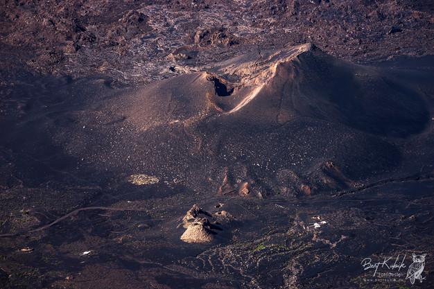 Ausblicke auf Krater, Fumarolen, Lava-Ströme und kleine Funkus in der Caldeira