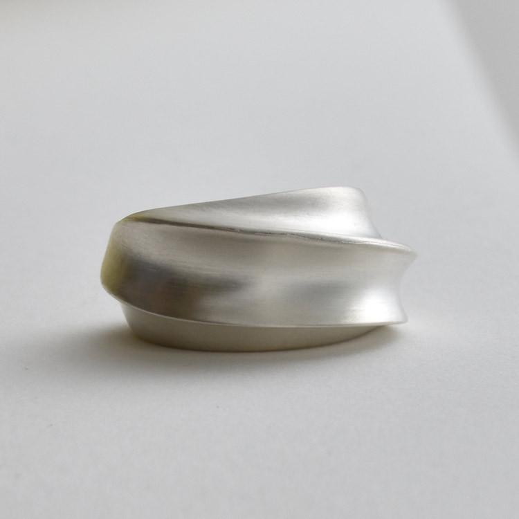 SilkeHeuer-SculpturalSilverRing1.jpg