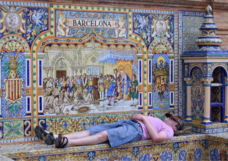 homem tirando um cochilo em Sevilha
