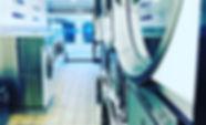 Ons wassalon is ideaal om meerdere wasmachines en droogkasten tegelijk te kunnen gebruiken, waardoor u uw donker, lichte en/of bonte was op hetzelfde moment kan doen. Hierdoor bespaart u veel tijd uit aan uw wasgoed. Ook voor synthetische dekbedden en donsdekens kan u terecht in ons wassalon.