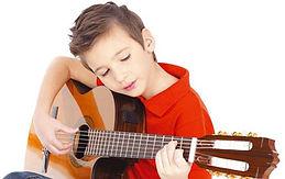 617720-omar-eduardo-nino-tocando-guitarr