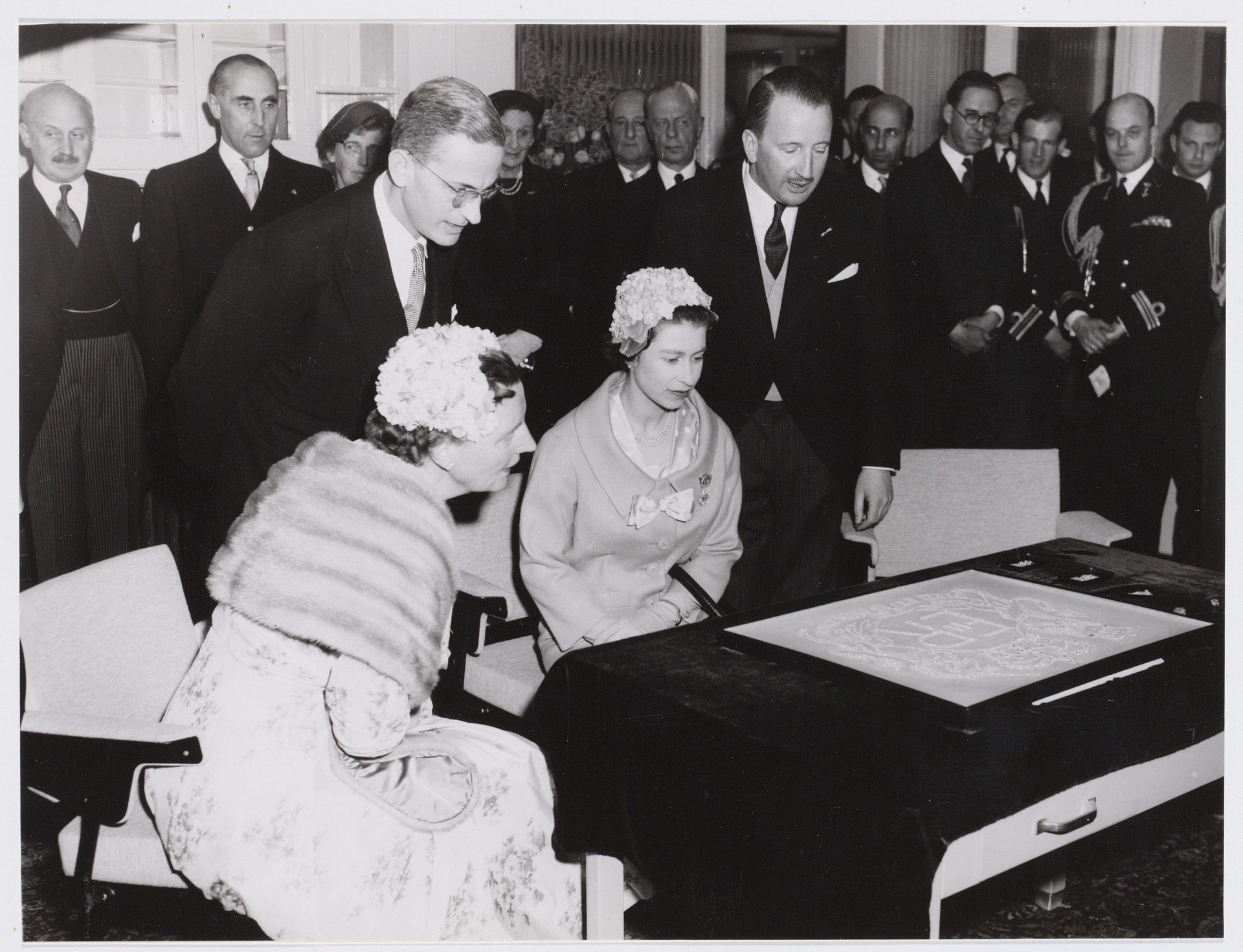 Visit by Queen Elisabeth and Koningin Juliana