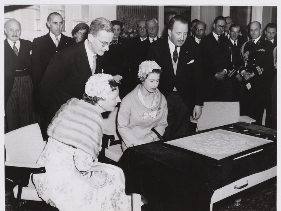 Visit by Queen Elisabeth and Koningin Juliana