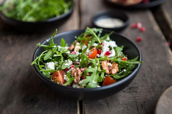Salade de roquette, pignons et fruits secs