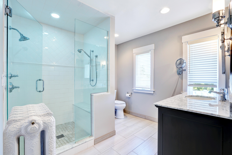 Bany amb mampara adaptada