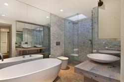 Bany amb banyera i plat de dutxa