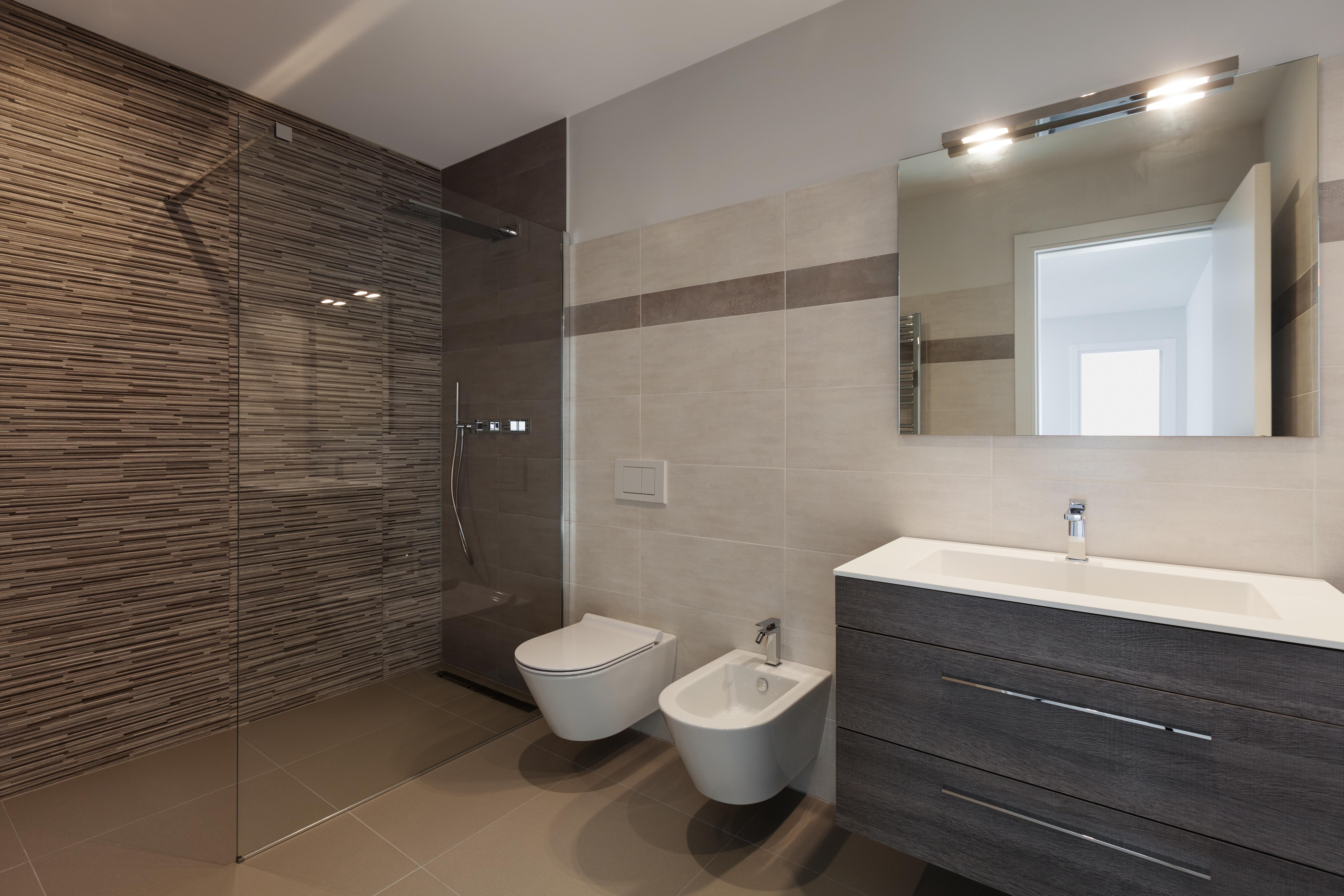 Bany amb panells de ceràmica