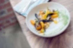 Bunte Möhren mit Nüssen und Sesam
