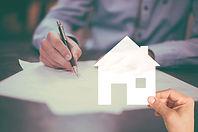 Unterschrift auf Kreditvertrag Immobilienfinanzierung vermittelt durch MEIN FINANZKONZEPT