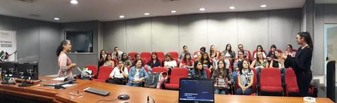 Panorámica del auditorio con los integrantes del semillero Piencias, al frente las profesoras Maria Mercedes Jiménez y Marisol Lopera.