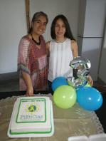 Profesoras Maria Mercedes (coordinadora del semillero) y Sonia (coordinadora del grupo de investigación) junto a la torta de cumpleaños de los 3 años de Piencias.